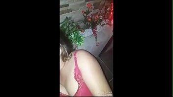 Девчушка в позиции наездницы трахается в половую щелочку с хахалем