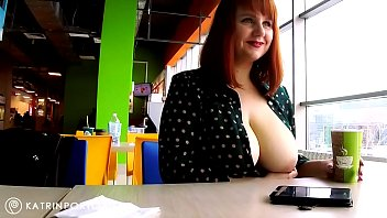 Худенькая блондинка осчастливила молодого соседа вагинальным сексом на диване