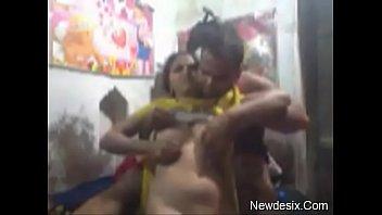 18-летняя куколка пердолит мокрощелку крупным фаллоимитатором