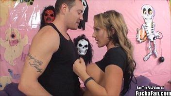 Трах накаченного полицейского с брюнеткой и блондинкой в хостеле