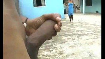Грубый любовник беспардонно трахает блондинку-шлюху рукой в анальное отверстие