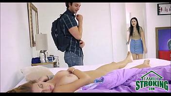 Шалава насаживается задницей на ствол незнакомца в туалете ночного клуба