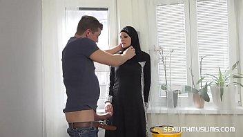Домохозяйка в рубашке и с заросшей писькой решила отвлечься от уборки и принялась дрочить, используя членозаменитель