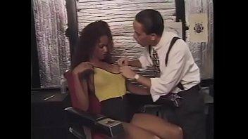 Клиент натягивает на маслянистый пенис половую щелочку сисятой массажистки