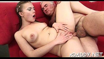 Худенькая похотливая баба мастурбирует на диване