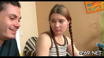 Русская нимфа пришла к юноше, и реализовав минетик поебалась с ним на кроватке