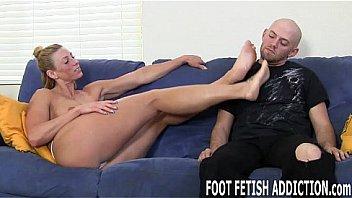 Африканец имеет европейку в белых носках на кроватке и кончает на ее лицо