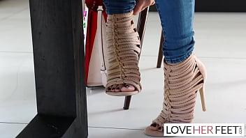 Фигуристая девушка развела ноги для анальной ебли на диване