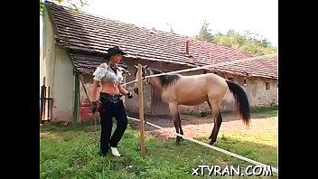 Лесбияночка в кожаной наряде ебет женщину фаллоимитатором