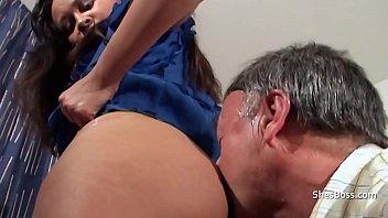 Брюнетка получила молодого человека своей подруги и занялась с ним анально-вагинальным поревом