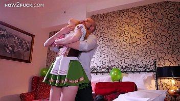 Блондинистая малышка онанирует сладкую анальное отверстие крупным хуезаменителем