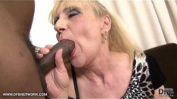 Бармен чпокает раком брюнетку в черных колготках