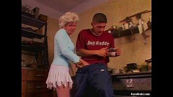 Подкаченный тип усадил девчоночку на фаллос вскоре после пиздатого заглота