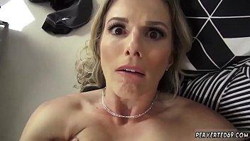 Частный домашний секс с использование огромного огурца в анус
