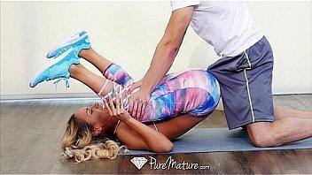 Первокурсник пялится на литые груди зрелой телки и развлекается минетом