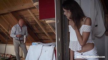 Первокурсники выебли сорокалетнюю девушку в попку и рот на подстилке