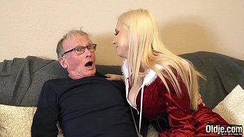 Пышногрудая бабуля позвала хахаля и томно поеблась с ним